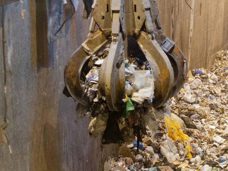 dźwig zabierający śmieci